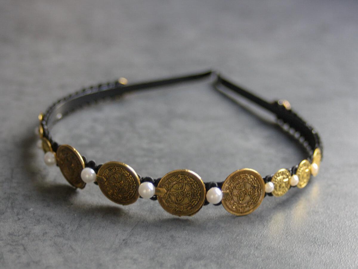 haarreif-sophia-muenze-schwarz-gold-detail